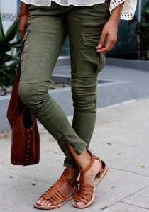 I love the cargo style of these skinny jeans and the ankle zipper. (Those sandals are super cute too!)